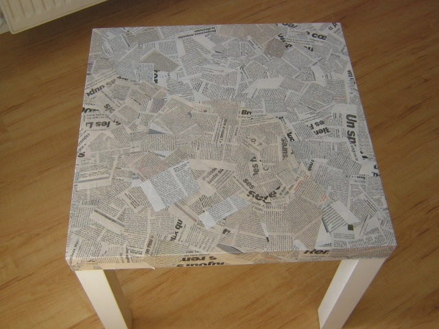 Hacker une table avec du papier journal aa 39 s blog for Papier a coller sur meuble